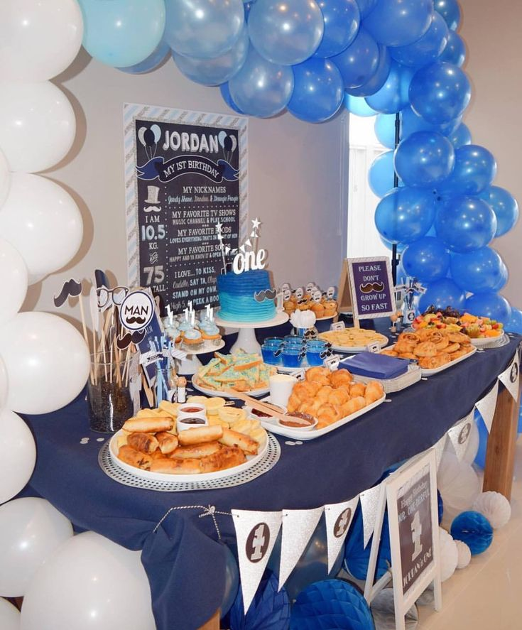💙💙💙 Table styling, balloon arch, scatter balloons & honeycomb balls, prop jar, drinks table, coffee table and cake all provided by @sassysnapsplus ✨