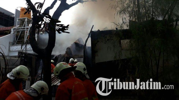 Api Melahap Rumah di Darmo Baru Barat Surabaya, Sembilan Mobil Pemadam Diterjunkan ke Lokasi