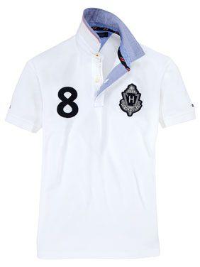 Sportlich elegantes Poloshirt mit auffälligem Logo auf der Brust.