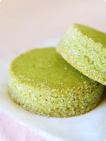 sablés au thé vert  3/4 tasse (2,25 oz) sucre à glacer   5 g de beurre non salé, coupé en cubes   1 3/4 tasse (8,5 oz) farine tout usage   3 jaunes d'œufs grandes   1,5 SCT Matcha (thé vert en poudre)   1 tasse de sucre granulé (pour le revêtement )