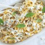 Fettuccini con salsa de ajo y queso azul