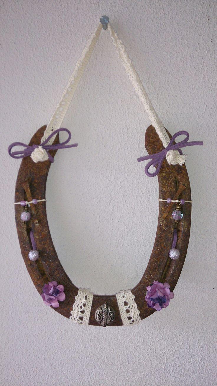 Hoefijzer met paarse accenten, bloemetjes en kant.