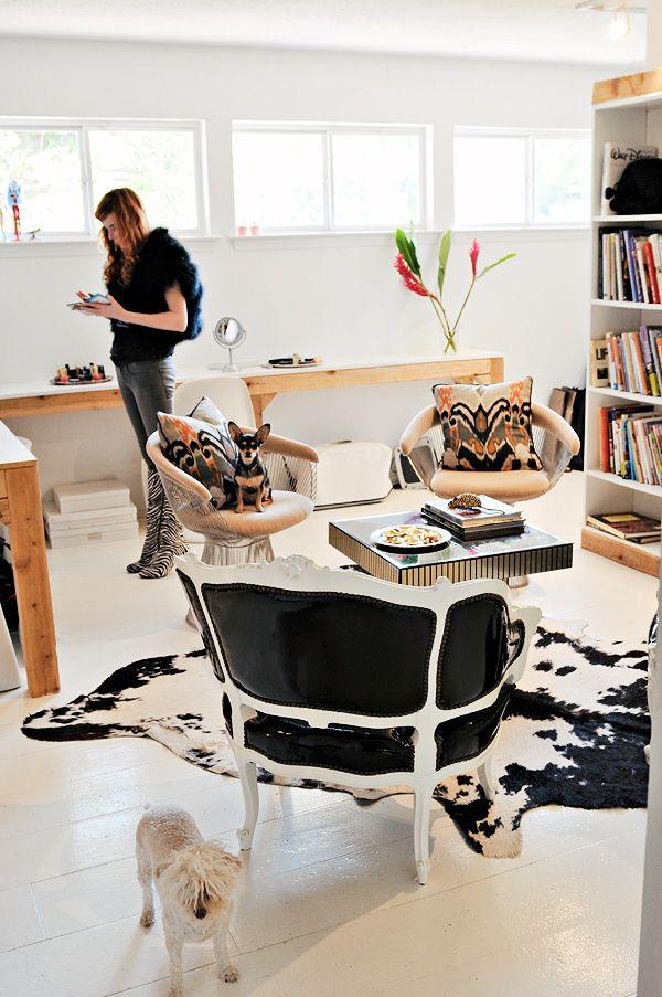 atlantis+home+design+studio+cow+hide+rug+platner+chairs+mirrored+coffee+table+black+vinyle+armchairs+2.jpg (600×903)