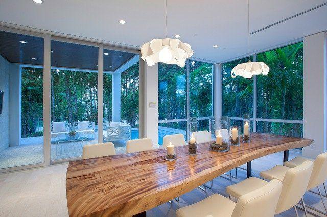 table de salle à manger en bois massif dans la maison moderne