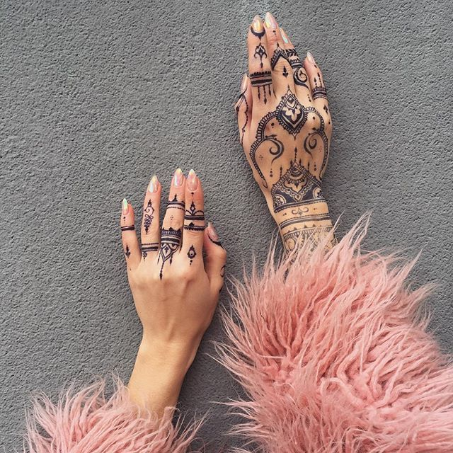 Jagua stain✨ Black #mehndi it's a dream ❤️ @freshjagua Джагуа гель более прихотлив, чем натуральная хна, все линии нужно рисовать с первого раза. Если и исправлять, то совсеееем немного На пальцах - традиционно -самый тёмный цвет, на запястье темно-серый. Привет, чёрное #мехенди