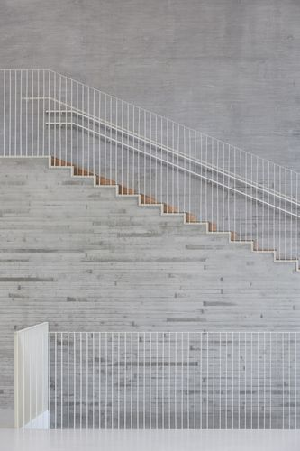 Escaliers - rambarde blanche légère  #stairs Saunalahti comprehensive school - VERSTAS Architects
