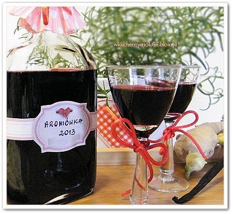 Nalewka z aronii jest łatwa w przygotowaniu, zdrowa i smaczna. Można ją zrobić dodając do wcześniej przygotowanego soku alkohol, ale nalewka z aronii na bazie