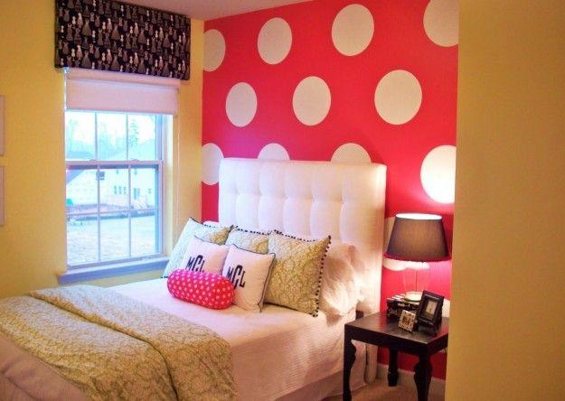 Camera con parete a pois - Idee romantiche per arredare la camera da letto con le pareti a pois.