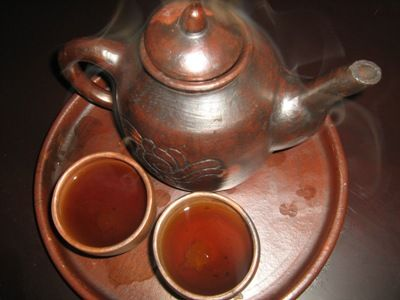 Sekilas teh ini tidak berbeda dengan teh pada umumnya. Teh poci memiliki rasa yang alami dan disuguhkan dengan menggunakan sejenis teko yang terbuat dari tanah liat (poci) dan gula batu. Teh poci biasanya menggunakan teh hijau melati yang mengeluarkan aroma khas dan disajikan di pagi atau sore hari dengan ditemani makanan kecil. Minuman ini sangat disukai masyarakat sebagai minuman khas. Secangkir teh poci menjadi sebuah salah satu kegiatan penting para wisatawan yang berkunjung ke Cirebon.