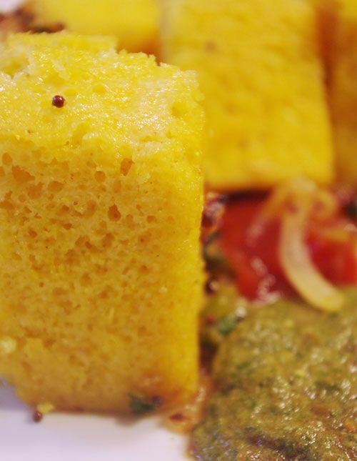 """Bonjour et bienvenue dans ma cuisine. Aujourd'hui nous allons préparer """"Khaman"""". C'est un gâteau salé indien. Il se déguste froid en entrée. Pour cette recette indienne il faut : 125g de farine de pois chiches 1 yaourt nature 1 oignon coupé en dés 1 cuillère..."""