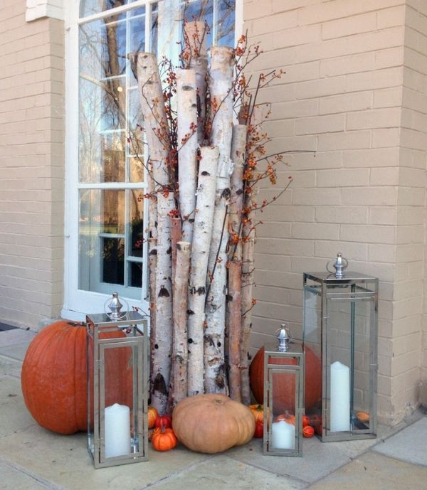 Herbst-Deko vor der Haustür - Baumäste, Zierkürbisse,  Laternen