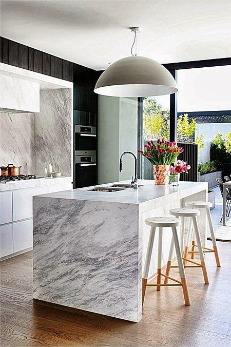 Um acréscimo interessante, mas nem sempre possível, pois necessita de um bom espaço em volta (ideal 1,20m) , as cozinhas com ilha são um charme, além de muito funcionais. Vamos ver algumas?