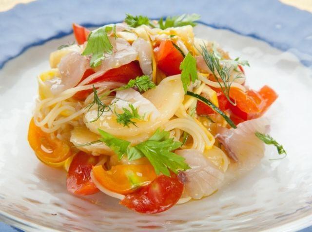 高崎産 桃とトマト・ズッキーニの冷製パスタ - 馬渡 剛シェフのレシピ。*冷製パスタには、細いカッペリーニがおすすめです。 *茹であがったパスタは、流水ではなくしっかりと氷水で冷やし、水分を切りましょう。