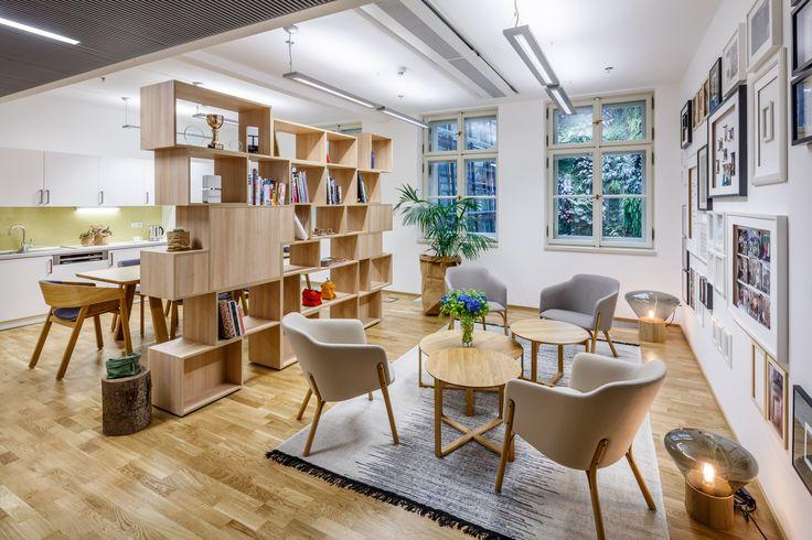 Interiéry netradičních kanceláří. Knihovna jako dělící stěna. Realizace Arbyd s.r.o
