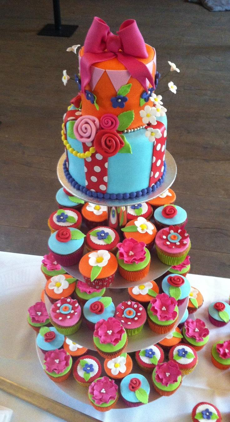 Taart met cupcakes, super mooi met die kleuren.