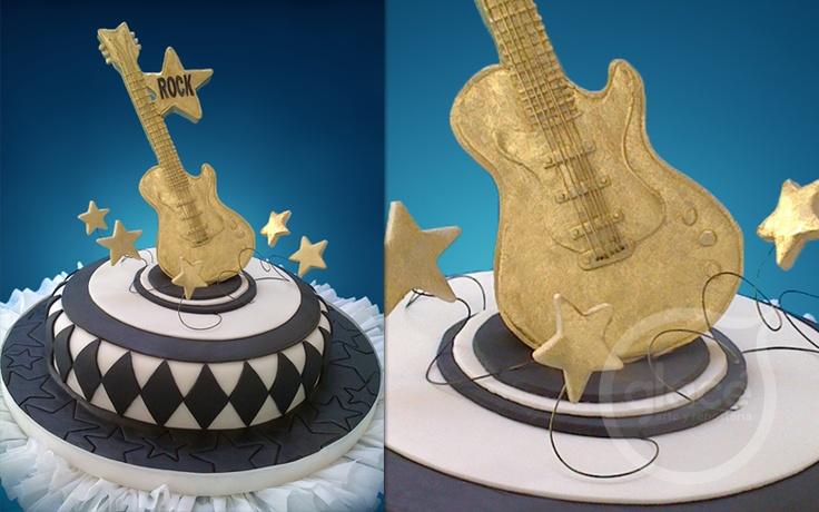 Torta decorada con guitarra. Ideal para el cumpleaños de cualquier músico o rockero.