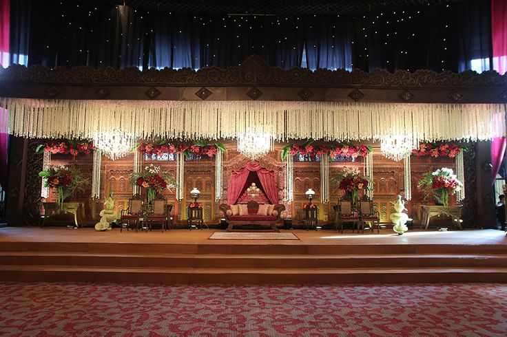 Pernikahan Jawa yang diliput kali ini bertempat di Sampoerna Strategic Square. Dekorasi yang dipilih juga sangat unik karena sang pengantin terinspirasi oleh Candi Ratu Boko! Yuk baca selengkapnya!