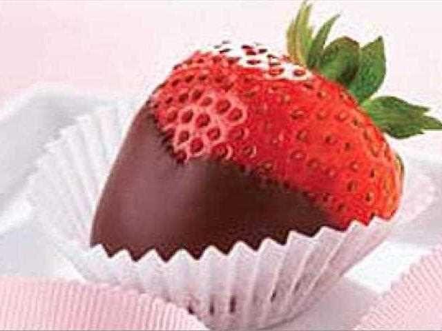 Fresas con chocolate. Un postre delicioso y afrodisíaco. Las fresas combinan a la perfección con el chocolate y el champán en tus noches más románticas.