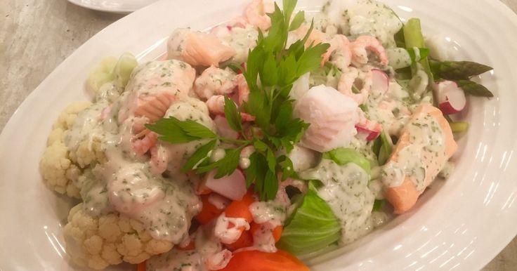 Wenche byr på lun grønnsaksalat servert med havets delikatesser og hvit urtesaus.