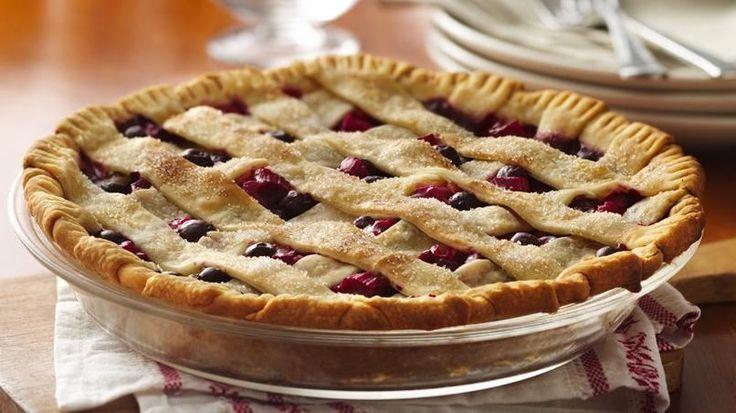 Rellena una base para tarta refrigerada fácil de hacer con ruibarbo dulce y ácido y arándanos azules.