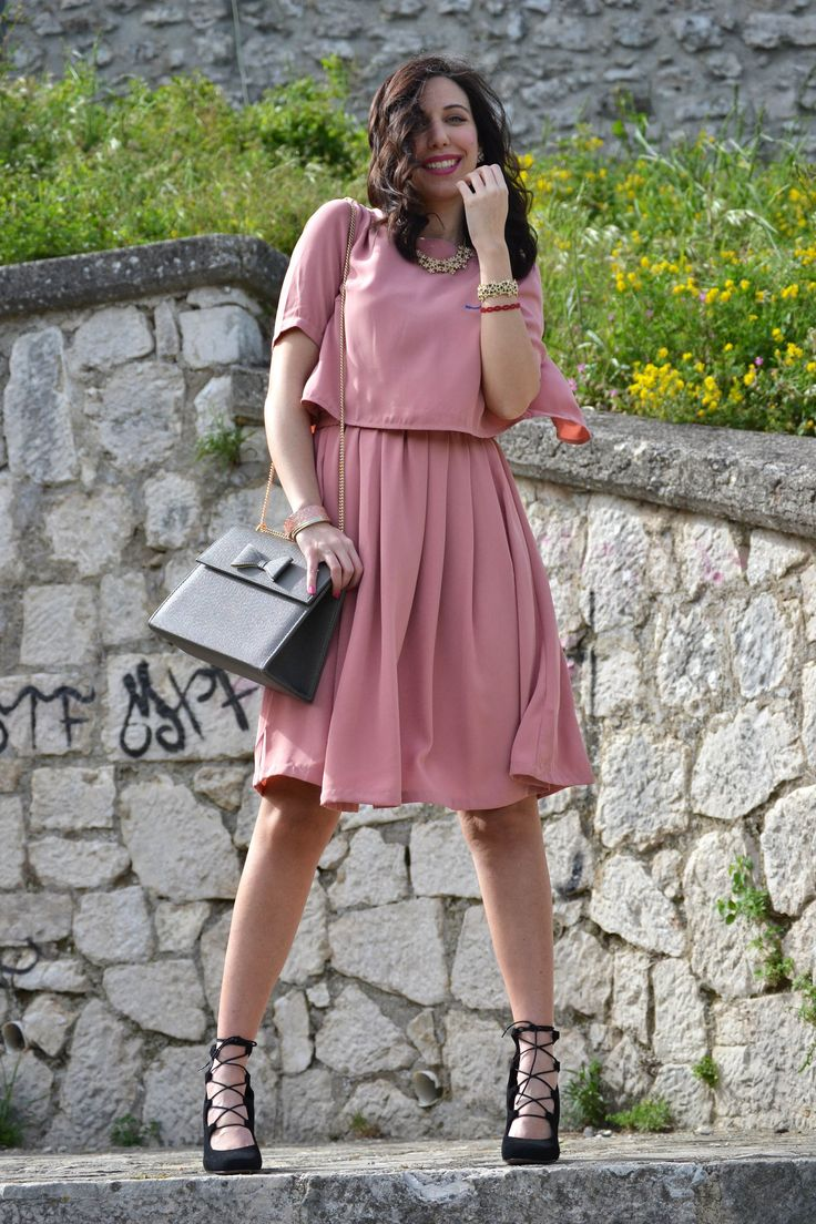 Cerimonia in estate: l'abito rosa antico per l'invitata. Un outfit elegante con un vestito speciale
