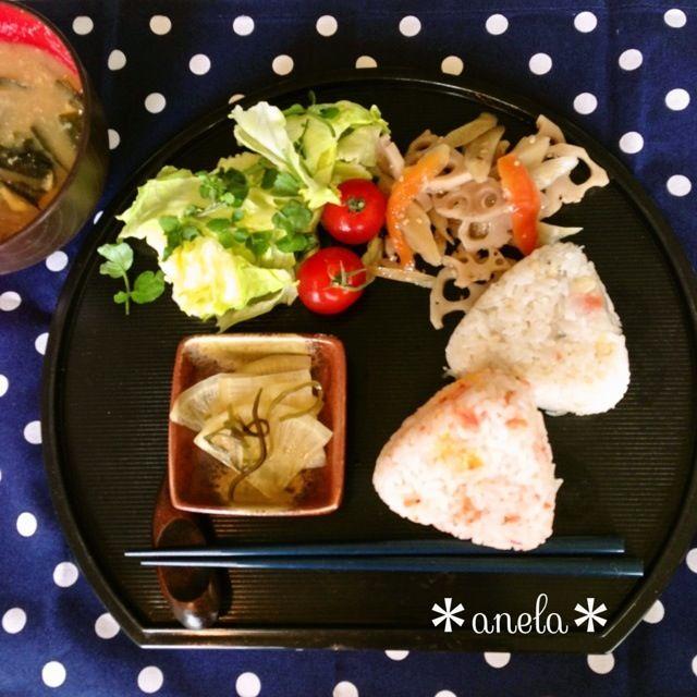 桜えびとチーズのおにぎり 天かすとじゃこのおにぎり サラダ、根菜の煮物、 味噌汁、浅漬け 簡単に和風な朝ごはんです(❁´◡`❁) - 34件のもぐもぐ - ☀おにぎり朝ごはん☀ by 00anela00