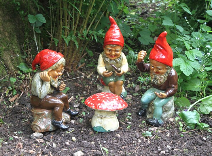 https://flic.kr/p/f844mY | Gambling gnomes | These gnomes, also by Heissner, were bought as a set of gambling gnomes.  I had hoped to find a gnome-size set of playing cards, but didn't have time in the end.  I think we can all imagine what is going on, however.