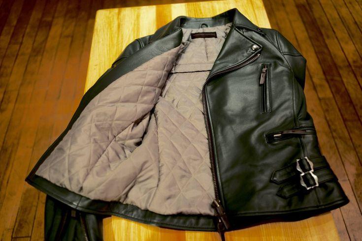 ライダースジャケットは、いまやオートバイ乗りの御用達というよりも、老若男女を問わないファッションアイテムになりつつある。タウンユースに使えるデザイン性はもちろん、どうせならバイクに乗った時の安心・安全を担保する機能性も欲しい。 ならば、世界で一着の、自分専用にカスタムしたオリジナルレザージャケットが欲しい! ・・・というわけで、シンイチロウアラカワにお願いして、レザーカスタムをオーダーすることになったのです。
