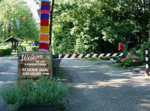 Camping in Vuren (NL) : groene oase met zwemmeer, royale kampeerplaatsen, ongewone verhuurunits, bos, een kinderboerderij en een uitstekend restaurantje met een zonneterras. Supergezellige familiecamping (160km van BXL)
