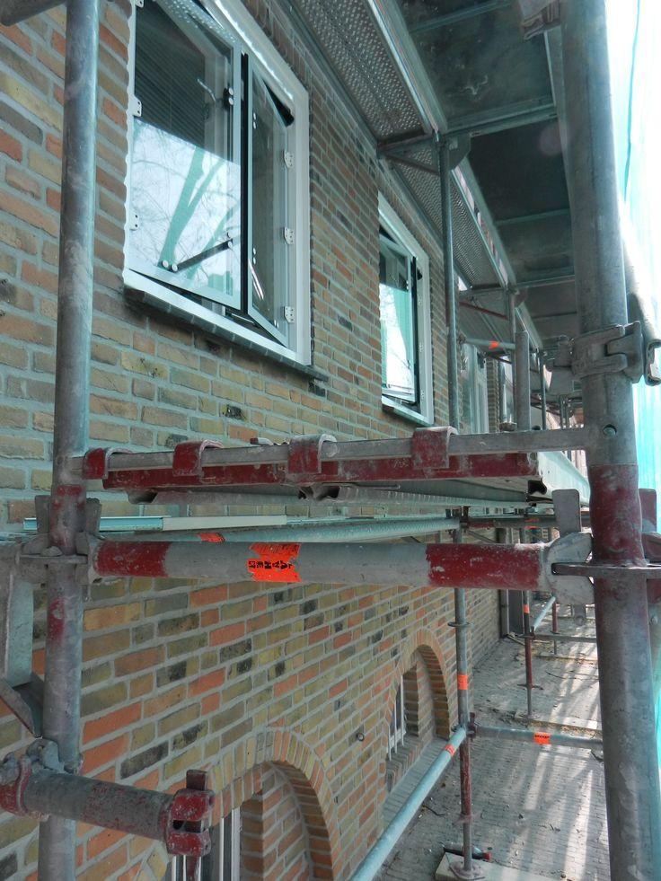 In opdracht van woningcorporatie Zayaz groot-onderhoud worden 84 appartementen Pettelaarseweg/ Philippus de Montestraat in Den Bosch gerenoveerd. De woningen worden zowel aan de binnen- als de buitenzijde beter geïsoleerd. Onderdeel van het groot onderhoud is het vervangen van de bestaande schuiframen door BUVA ISO-PLUS 2000 isolerende draairamen voorzien van een witte keramische screen. De uitvoering is in handen van KlokBouwOntwikkeling uit Nijmegen. De geplande oplevering is augustus…