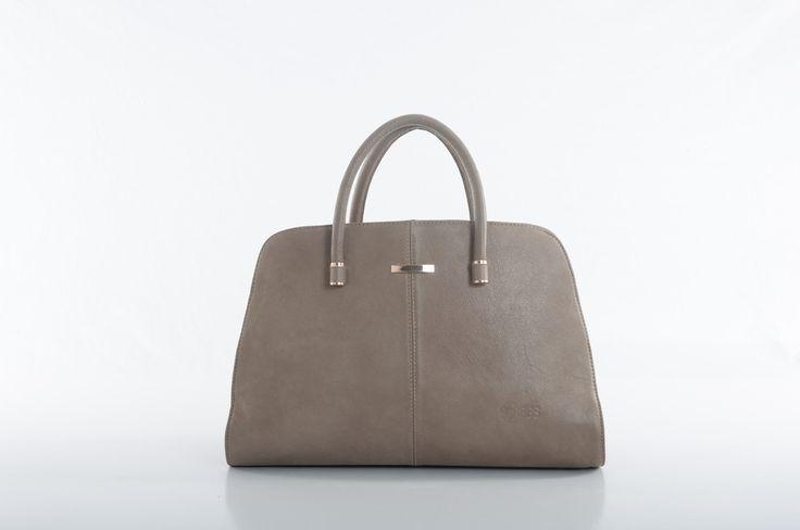 La bolsa satchel crema de Sarah Bustani Bags presenta diseño inteligente para mujeres dinamicas. Vistas de piel, logotipo troquelado, doble asa y una comoda correa crossbody desmontable.