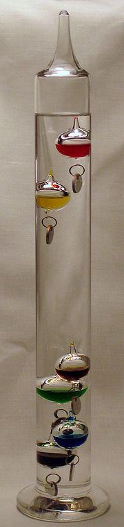 Le thermomètre de Galilée utilise la variation de la masse volumique du liquide incolore en fonction de la température.