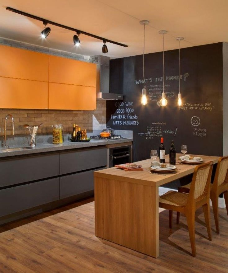 moderne Küche in orange und grau - Rückwand in Ziegeloptik