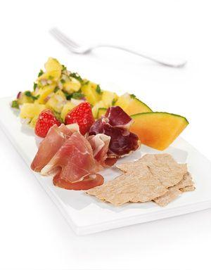 Spekemat med lun potetsalat, pyntet med litt melon og friske jordbær er et godt forslag til festmeny. Smaker helt fantastisk!