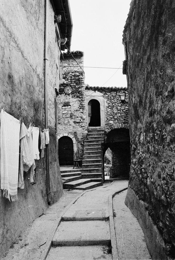 Roccanolfi, Preci, anni 70. Un vicolo del paese. Le strade sono state rifatte e le persone abitano ancora nel borgo.
