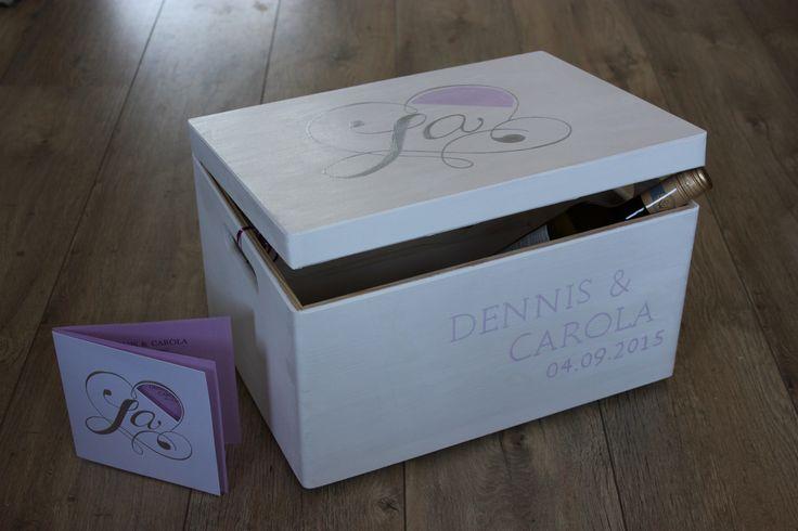 Uniek cadeau A3 trouwkist beschilderd met jouw ingestuurde trouwkaartje, geboortekaartje, mijn eigen ontwerp, voor verjaardag enzovoorts. Door Jessika's Atelier
