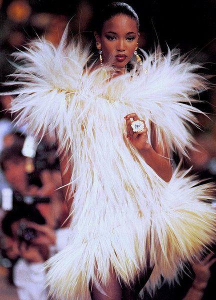 Olimpia en el burdel de la judía Elvira cuando canta ante Jeannette, las amigas y un hombrecito que acompaña a la pálida mujer de Barcelona   Yves Saint Laurent Haute Couture 1987 -Naomi Campbell 16 years old