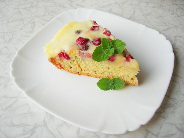 Малиновый пирог с нежным сметанным кремом не оставит равнодушным. Воздушное тесто в сочетании с нежным сметанным кремом и ароматной малиной..