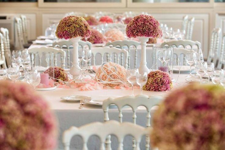 Ecco un centrotavola romantico per un matrimonio molto raffinato che coniuga il total white con le sfumature delicate del rosa cipria e del rosa più intenso