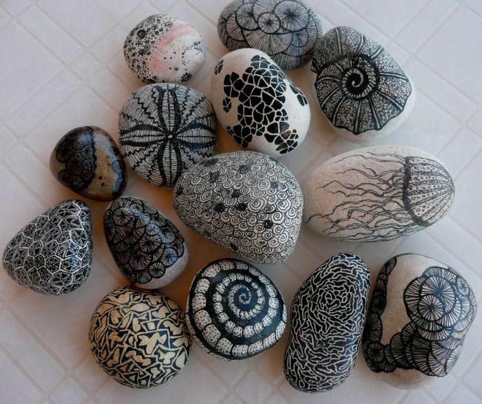 Даже обычные морские камни можно превратить в произведение искусства с помощью простого маркера.