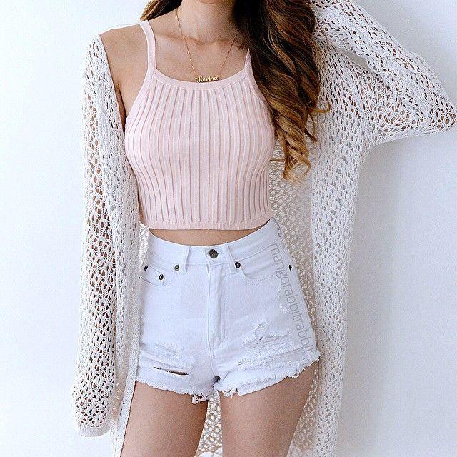 Outfit crop top rosa+short blanco+sueter blanco