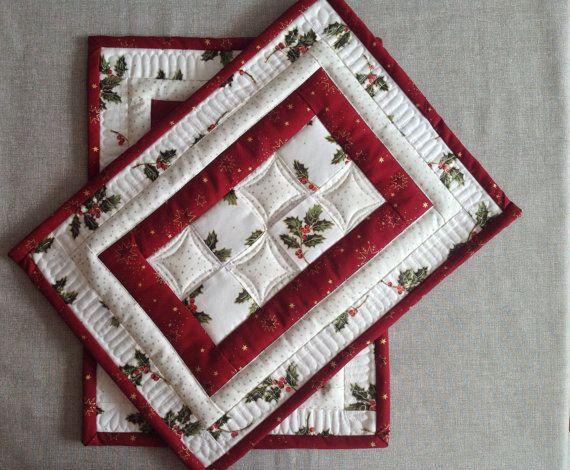 ♥ - manteles rojos y blancos manteles individuales - manteles acolchados - de Navidad - Navidad mesa mat - set de 2 manteles individuales - manteles de invierno ♥ Este manteles acolchados se hacen de blanco y rojo Navidad imprime con muérdago y las estrellas. Está decorado con acolchado libre. ✿ el mantel mide aproximadamente 17 x 12 1/2 pulgadas (43 cm x 32 cm) ✿ este listado es de dos piezas ✿ constituida tela 100% algodón y poliéster de bateo entre las capas ✿ la tela del forro es b...