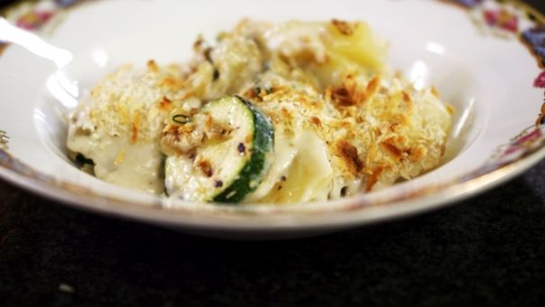 Eén - Dagelijkse kost - courgetteschotel met aardappel, ui, salie en Taleggio-kaas