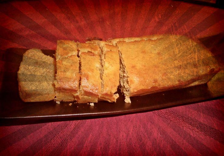 Un cake à la banane ou plus précisément un pain à la banane. Moelleux, fruitée et délicieux vous allez vous régaler ! Pour le petit déjeuner, le goûter ou juste un petit break gourmand dans la journée...
