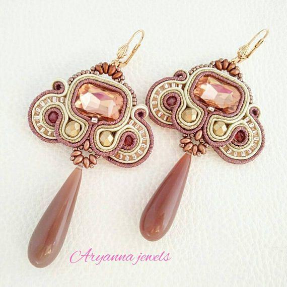 Aryanna jewels. Orecchini soutache Ehi, ho trovato questa fantastica inserzione di Etsy su https://www.etsy.com/it/listing/523902192/orecchini-in-soutache-cipria
