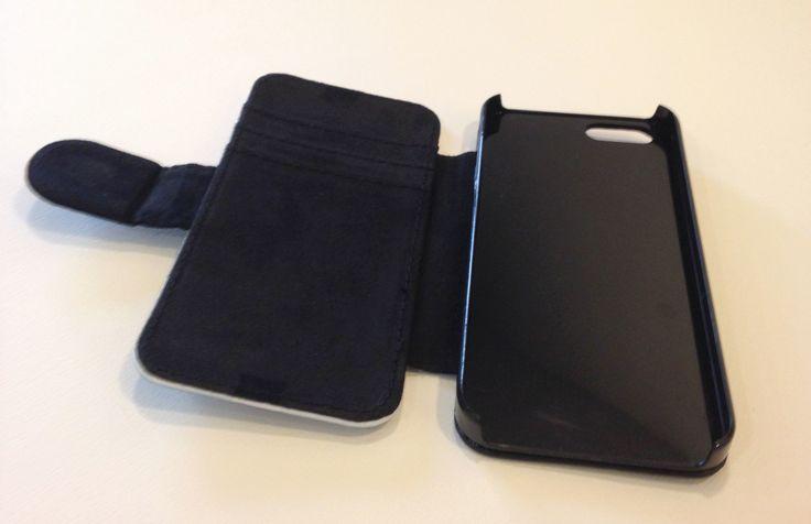 De portemonnee case biedt ruimte voor 2 pasjes en een apart vak voor (papier)geld. Super handig!