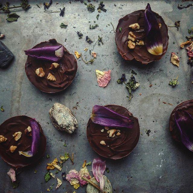 Můj dnešní poslední příspěvek. 😭🙏🏼 80% čokina plněná karamelem a oříšky. #chocolate #caramel #yummy #dnesjem