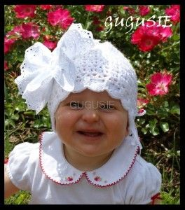Ażurowa czapeczka do chrztu z dużym kwiatem, Czapeczka wykonana ręcznie na szydełku. Kwiat z ażurowej koronki haftowanej maszynowo w delikatne kwiatuszki.  www.gugusie.com.pl