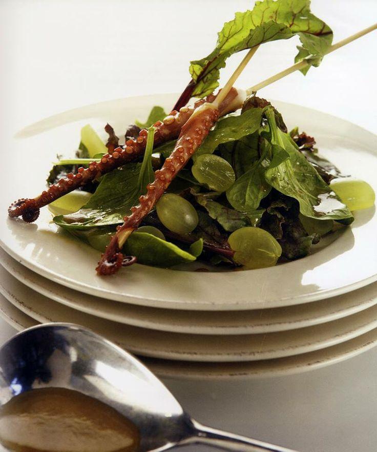 Σπανάκι και παντζαρόφυλλα με ψητό χταπόδι, σταφύλια και σος πετιμέζι!