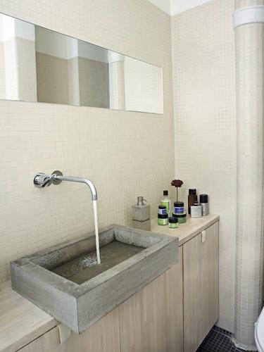4. RUSTIK  BETONVASK.  Er du på jagt efter et unikt indslag i  dit nye badeværelse, var det måske  en idé at kopiere denne rustikke  betonvask (som du kan selv støbe,  hvis du har mod på det!). Vasken  er smuk og stilren og tilfører et lyst  og neutralt badeværelse et råt og  prsonligt udtryk.  (bolig magasinet nr. 72)